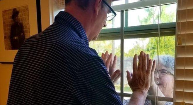 Mary ficou um tempo visitando seu marido apenas pela janela da instituição