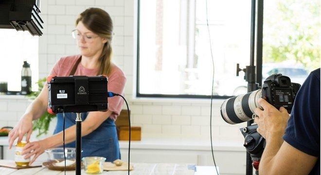 A Dish Works recomenda vídeos em câmera lenta de queijo ou condimentos