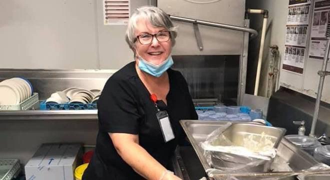 Mary começou a trabalhar na cozinha de asilo onde seu marido mora
