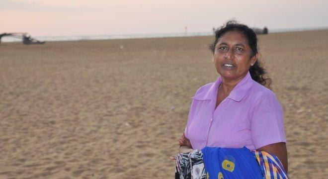 Mary Fernando complementa a renda da família com suas vendas, mas depende da presença de turistas