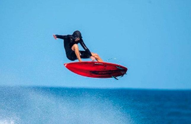 Mas Medina não foi o primeiro surfista a realizar a manobra. Em 2010, Timmy Curran, ex-competidor profissional, foi o primeiro a acertar o backflip no surfe. Um ano depois, Flynn Novack (foto) completou a manobra após oito anos treinando.