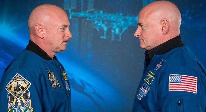 Scott Kelly (à dir.) passou 340 dias orbitando a Terra a bordo da Estação Espacial Internacional