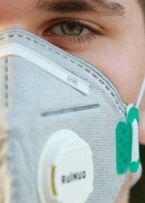 No exterior, máscaras com saída de ar já estavam proibidas no transporte aéreo
