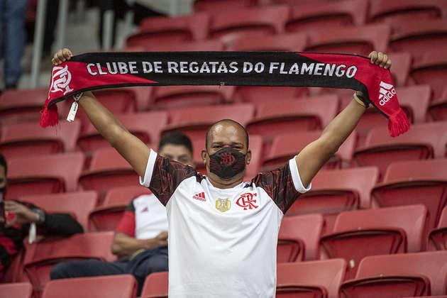 Máscara do Flamengo foi acessório vendido no entorno do estádio e muito visto na arquibancada.