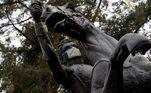 A estátua de Vicente Guerrero é vista com uma máscara protetora como uma mensagem de cuidado para a comunidade da Cidade do México