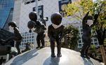 Estátuas em Tóquio, no Japão, usando máscaras faciais em frente à Estação Shibuya, durante a pandemia da covid-19