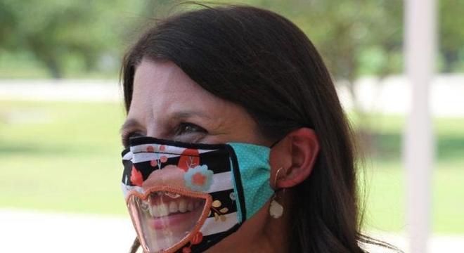 Leslie cuida de alunos com deficiência auditiva e resolveu ajudá-los a compreender as aulas melhor