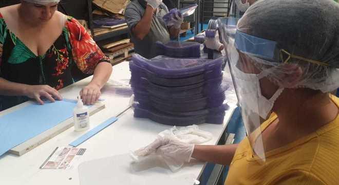 Grupo fabrica máscaras para doar a profissionais de hospitais da Grande S. Paulo