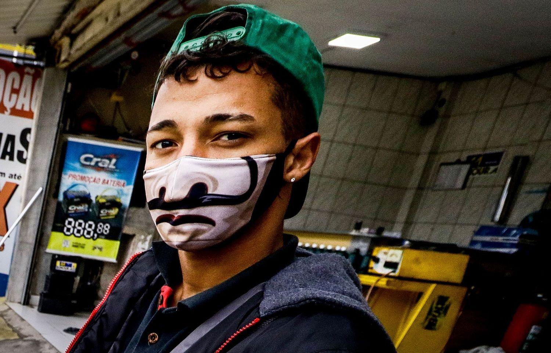 Máscaras temáticas e com mensagens ganham as ruas - Fotos - R7 Brasil