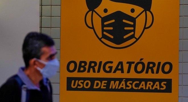 Passageiro é visto usando máscara na estação de metrô em São Paulo