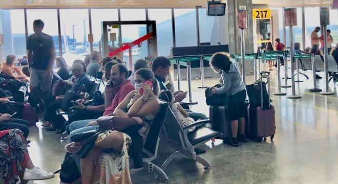 Passageiros usam máscaras no saguão do aeroporto de Congonhas