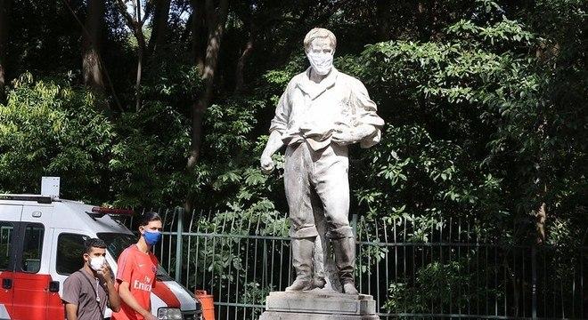 Governo e prefeitura colocam máscaras em 16 monumentos e estátuas de SP