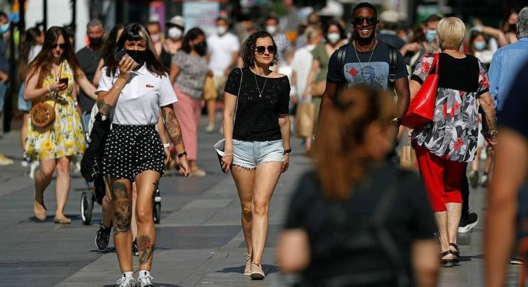 Uso de máscaras foi flexibilizado no momento em que país já vacinou metade da população