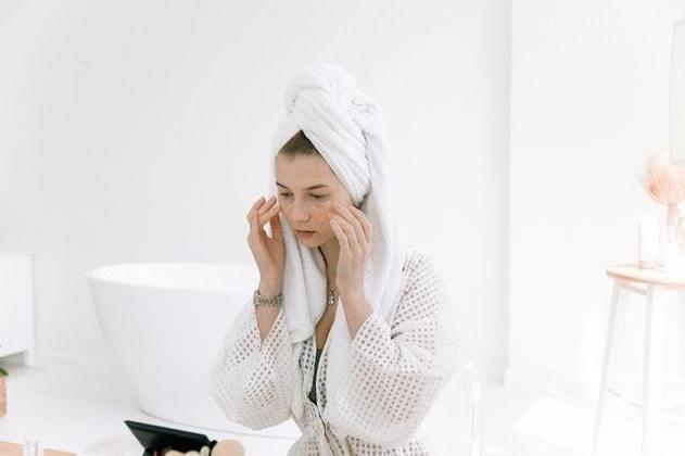 Dicas importantes: nada de tomar banhos muito quentes e evite lavar o rosto no chuveiro. A água em temperatura ambiente evita que a pele sofra um choque térmico, o que pode ocasionar o surgimento de alergias ou coceiras