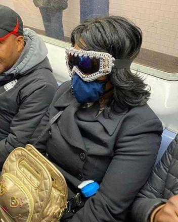 Tem também as que apostam em uma proteção com mais estilo...Veja também: Coronavírus: Especialista orienta sobre uso de máscaras caseiras