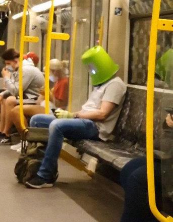 'Na falta da máscara, por que não um balde?' Foi o que deve ter pensado esse rapaz