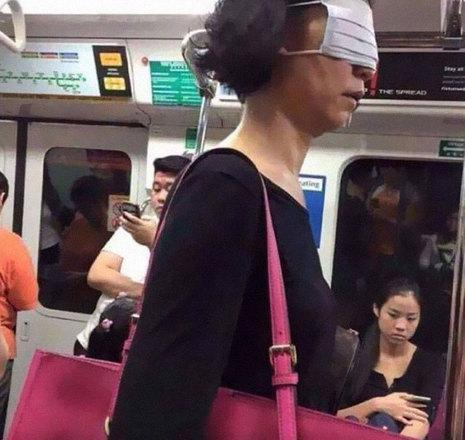 Indo contra todas as orientações sobre o uso de máscaras, essa moça preferiu estar na vibe 'quando você odeia as pessoas mais do que o vírus' e preferiu usar o acessório de proteção para não ver ninguémVeja também:Uso de máscaras requer cuidados para evitar contaminação