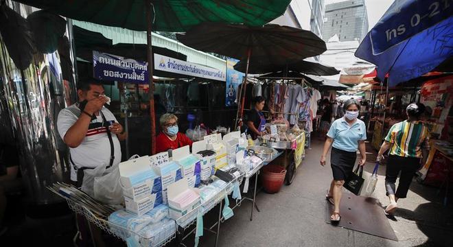 Máscaras são vendidas em mercado aberto na cidade de Bangkok, na Tailândia