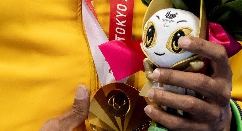 A medalha e a mascote de Tóquio/2020