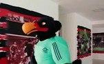 O Flamengo apresentou, na última terça-feira, o seu novo Urubu. Bem mais forte e sério, o mascote foi comparado com o árbitro Anderson Daronco nas redes sociais e apelidado de'Flaronco'. O nome oficial ainda será definido