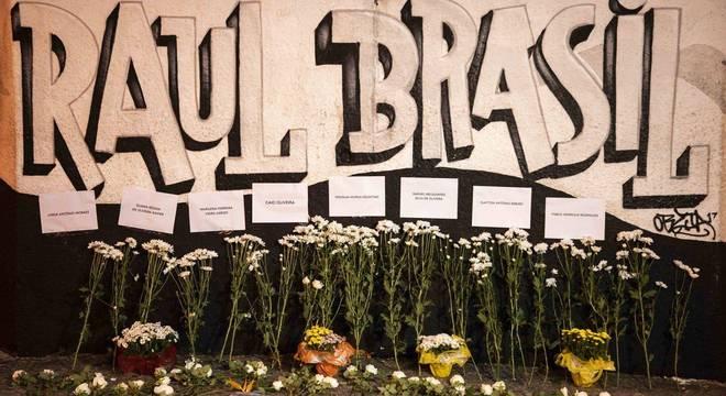 Massacre em Suzano: fachada se transformou em local de homenagens
