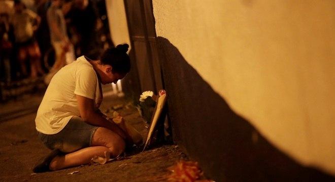 Fachada de escola se transforma em memorial em homenagem às vítimas