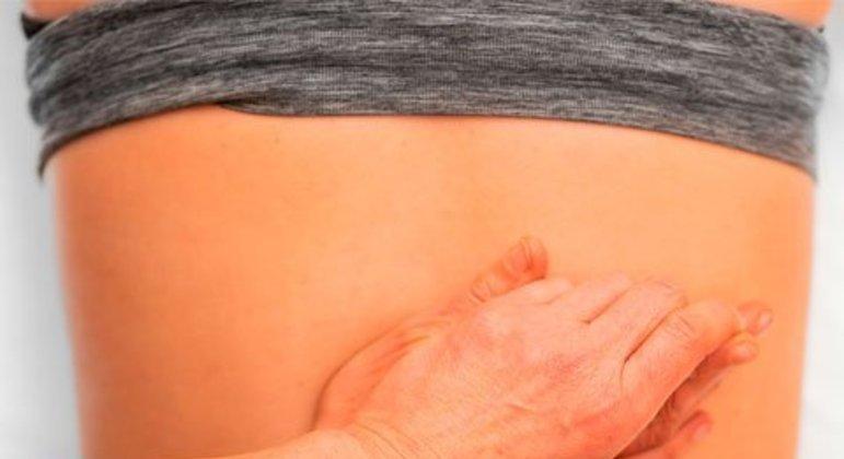 Massagear as costas é uma ótima alternativa. Mesmo que não haja um profissional para isso, a própria pessoa pode fazer na região em que sente dor, sem tanta intensidade, com óleo ou creme. Dica de Marcelle Pinheiro, do site