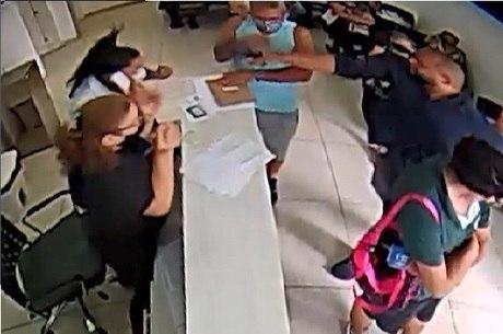 Imagem mostra suspeito apontando arma para mulher