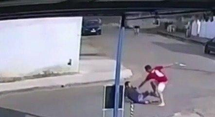 Anderson foi golpeado no meio da rua