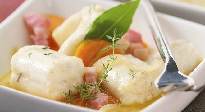 """A primeira edição do """"Larousse Gastronomique"""", o guia definitivo da cozinha francesa, teve 45 receitas de preparação de enguias, entre as quais o tradicional Matelote d'Anguilles"""