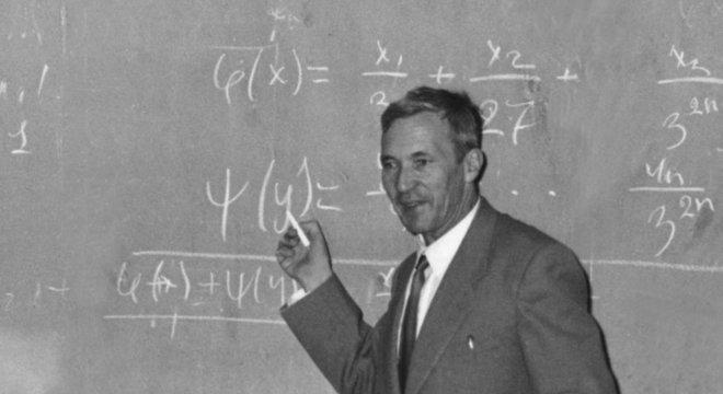 Andrei Kolmogorov concluiu não ser possível resolver alguns problemas envolvendo fenômenos lineares com as ferramentas matemáticas disponíveis hoje