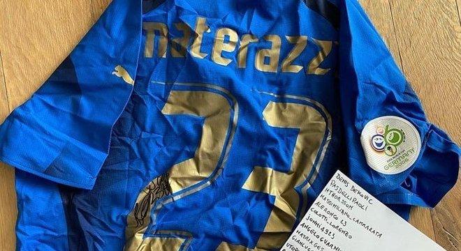 A camisa de Materazzi na Copa de 2006, leiloada em benefício da causa da Covid
