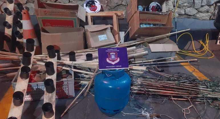 Material apreendido com suspeitos de soltar balões em Franco da Rocha