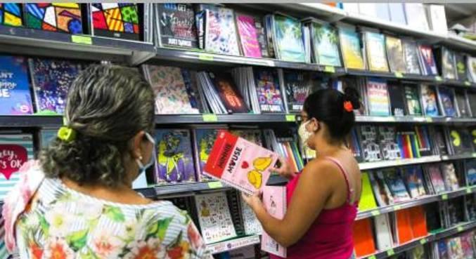 Movimentação de clientes em papelaria para compra do lista do material escolar