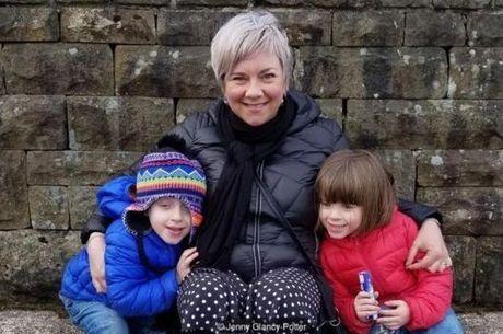 Ao descobrir os custos proibitivos das creches, Jenny Glancy-Potter não conseguiu voltar ao trabalho depois de ter gêmeos aos 40 anos