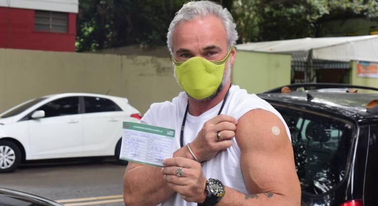 Aos 54 anos, Mateus Carrieri recebe 2ª dose da vacina contra covid-19