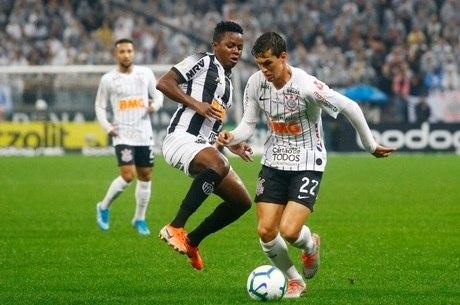 Mateus Vital disputa a bola com Cazares