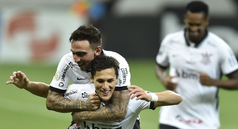 Mateus Vital comemora gol do Corinthians contra o Sport