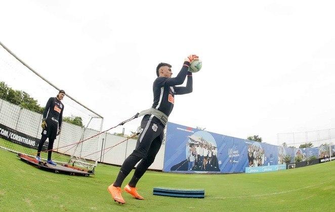 Matheus Donelli, um dos quatro goleiros da equipe principal, faz treino específico da posição.