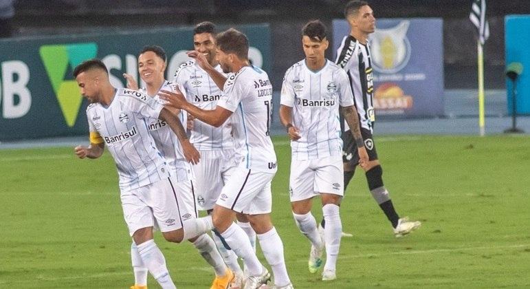 Jogadores do Grêmio comemoram um dos belos gols de Matheus Henrique