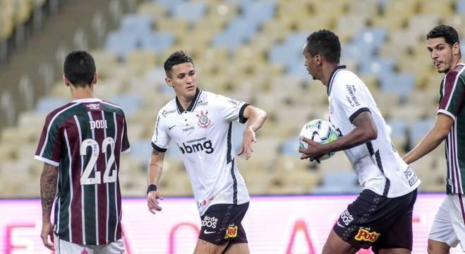 Mateus Vital descontou. Graças à falta de concentração do Fluminense