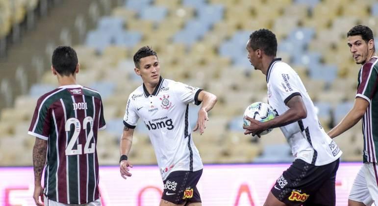 """Após cumprirem suspensão, Matheus Vital e Gabriel """"reforçam"""" Corinthians em clássico contra o Santos"""