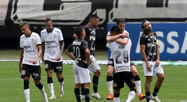 Mateus Vital comemora primeiro gol do Corinthians na vitória de virada sobre a Ponte Preta