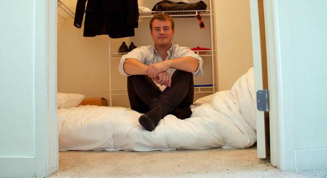 Mathias passou três meses dormindo nesse armário