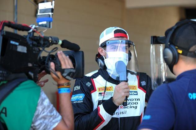 Matías Rossi protegeu-se com máscara e escudo durante entrevista