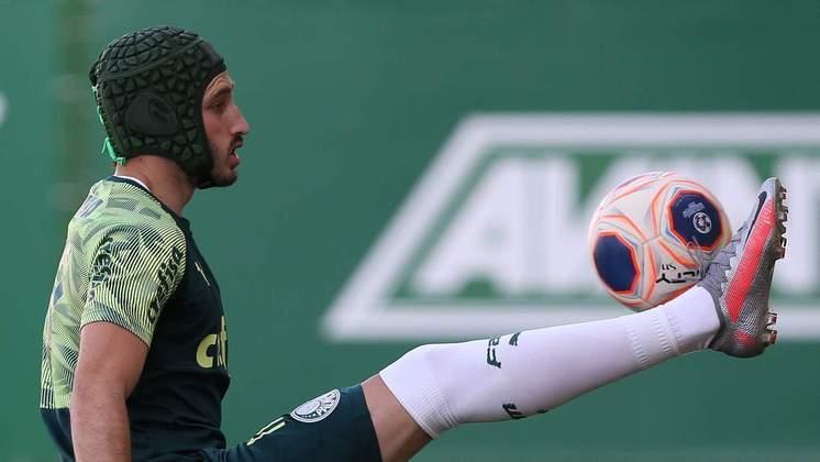 Matías Viña treinou com uma proteção na cabeça. Ele sofreu uma forte batida na cabeça nos clássico contra o Corinthians e ainda é dúvida, mas pode pintar como novidade.