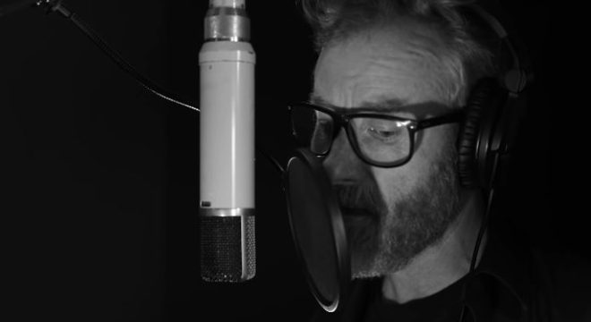 Matt Berninger (The National) e Phoebe Bridgers lançam clipe de canção em filme de Zach Galifianakis