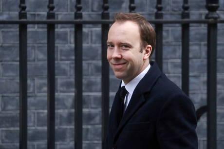 Ministro disse que está com 'sintomas leves'
