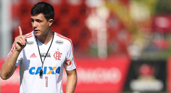 Maurício Barbieri esboça o time do Flamengo em treino d9ad85adab11b