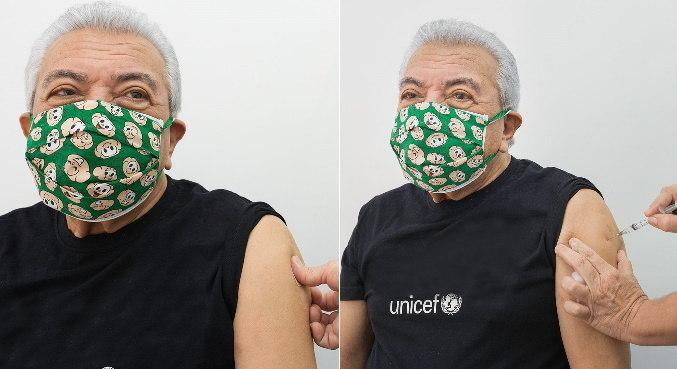 Com máscara do Cebolinha, Mauricio de Sousa posa enquanto toma vacina